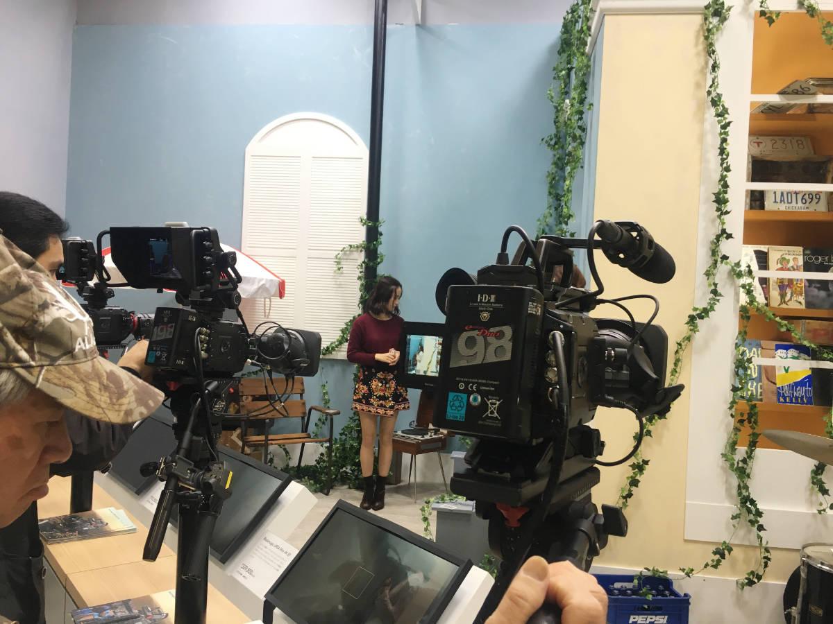 こちらは毎度お馴染のカメラコーナー。複数台並べられたBlackmagic製のカメラを試そうと多くの人で賑わっていた。